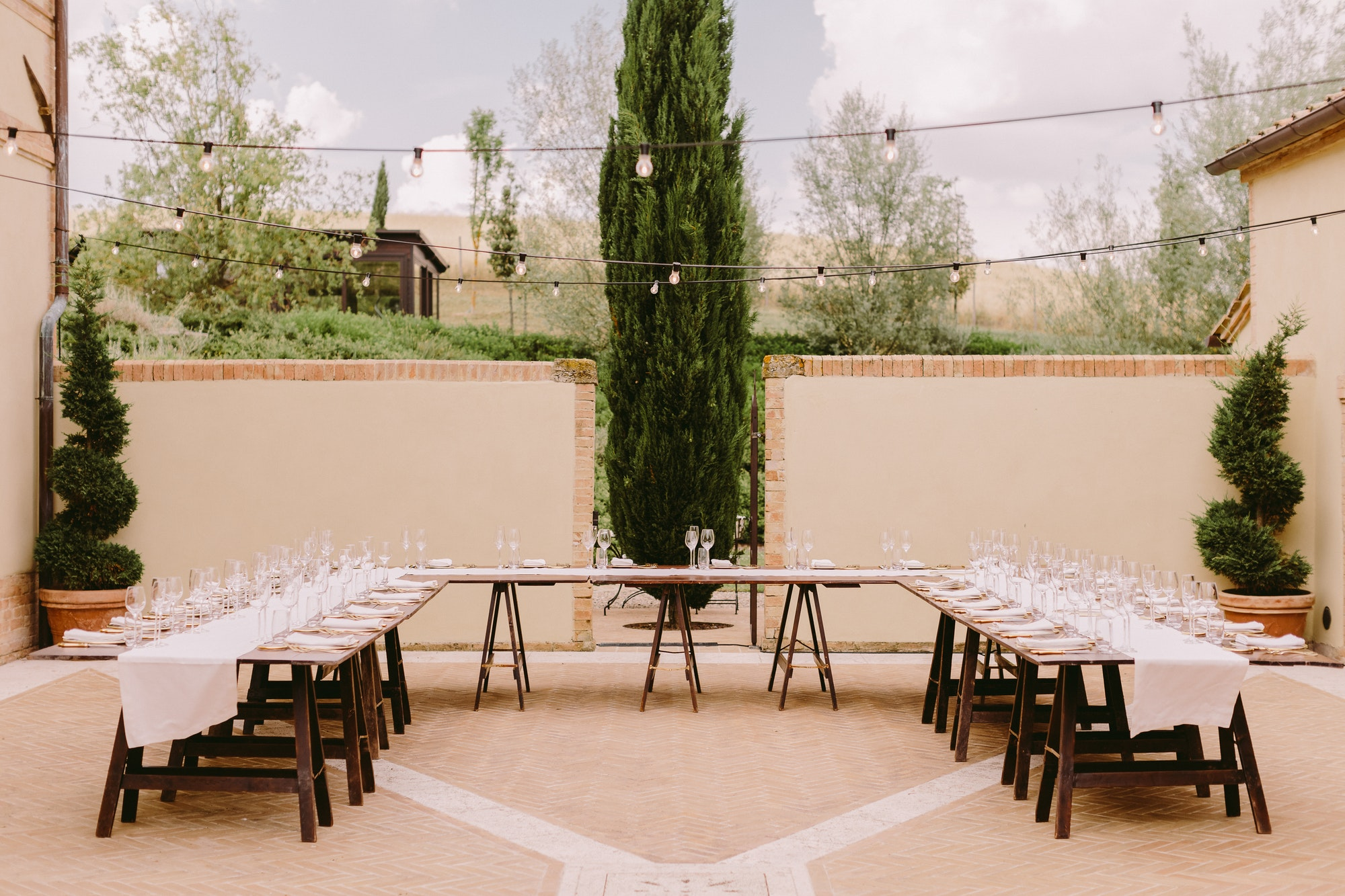 event table coverage outdoors with plates and glasses